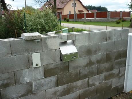 Plot z betonových tvárnic